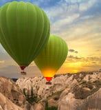 Heißluft steigt Cappadocia, die Türkei im Ballon auf lizenzfreies stockbild
