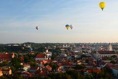 Heißluft steigt das Fliegen über die alte Stadt im Ballon auf vilnius litauen Lizenzfreie Stockbilder