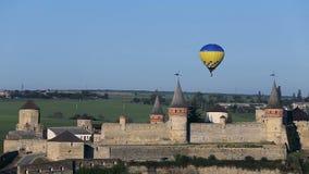 Heißluft steigt das Fliegen über die Festung im Ballon auf stock video