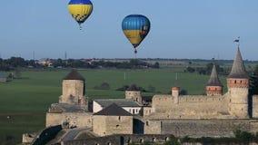 Heißluft steigt das Fliegen über die Festung im Ballon auf stock footage