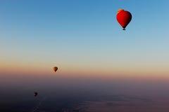 Heißluft steigt das Fliegen über die Wüste im Ballon auf lizenzfreies stockbild