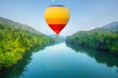 Heißluft steigt das Fliegen über Fluss im Ballon auf Lizenzfreies Stockfoto