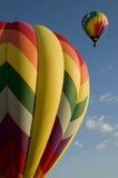 Heißluft steigt das Starten gegen einen blauen Himmel im Ballon auf Lizenzfreie Stockbilder