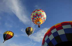Heißluft steigt Flug-Himmel im Ballon auf Lizenzfreie Stockfotografie