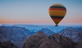 Heißluftballon über Berg-Moses Sinai-Sonnenuntergang lizenzfreies stockfoto
