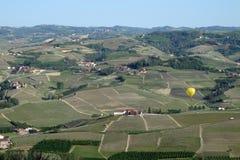 Heißluftballon über Italiens Piemonte-Region stockbild