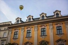 Heißluftballon über Krakau-Gebäude lizenzfreies stockfoto