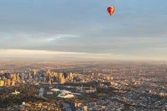 Heißluftballon über Melbourne Lizenzfreie Stockfotos