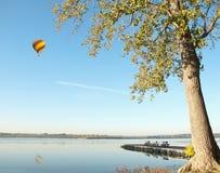 Heißluftballon über See Stockfotos