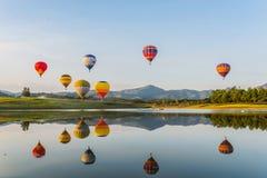 Heißluftballon auf Himmel stockfoto