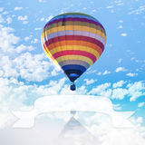 Heißluftballon auf Meer mit Wolke Lizenzfreie Stockfotos