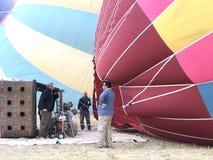 Heißluftballon auf seiner Seite stockfoto