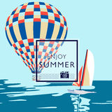 Heißluftballon, der über das Meer und das Katamaran fliegt Stockbild