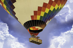 Heißluftballon, der über die Wolken fliegt Stockfotografie