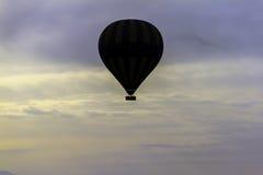 Heißluftballon, der über die Wolken fliegt Lizenzfreie Stockfotos
