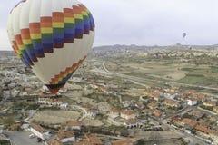 Heißluftballon, der über eine Stadt fliegt Stockfotos