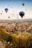 Heißluftballon, der über Felsenlandschaft bei Cappadocia die Türkei fliegt stockfoto