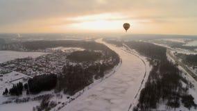 Heißluftballon, der über Winterlandschaft fliegt stock video