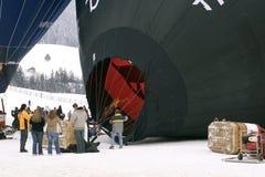 Heißluftballon, der aufgeblasen wird Lizenzfreie Stockfotos