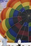 Heißluftballon, der aufgeblasen wird Lizenzfreie Stockbilder