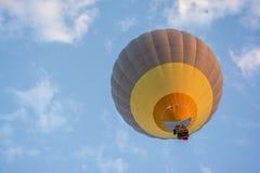 Heißluftballon an der blauen Stunde stockfoto