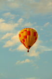 Heißluftballon an der Dämmerung in Frankreich Stockbild