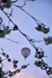 Heißluftballon, der im Wind treibt Lizenzfreie Stockbilder