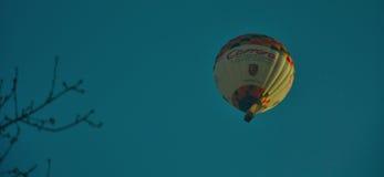 Heißluftballon, der im Wind treibt Stockfoto