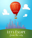 Heißluftballon der Luftfahrt, der über cityline fliegt Lizenzfreie Stockfotografie