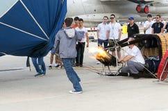 Heißluftballon, der vor dem Flug aufbläst Lizenzfreies Stockfoto