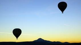 Heißluftballon, der vorbei mit Erciyes-Vulkan fliegt Lizenzfreies Stockbild