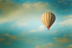 Heißluftballon der Weinlese im Himmel Stockbilder