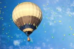 Heißluftballon mit bunten Ballonen im blauen Himmel lizenzfreies stockbild