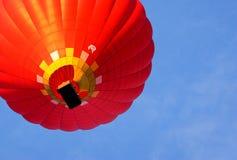 Heißluftballon photgrphed beim Bealton, VA-Flugwesen-Zirkus-Flugschau Ansicht von unten Lizenzfreie Stockfotos