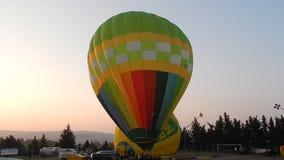 Heißluftballon am Sport Fragneto Monforte fangen bereites auf sich zu entfernen stock video footage