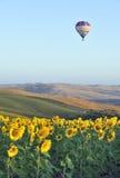 Heißluftballon in Toskana lizenzfreies stockfoto