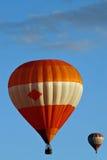Heißluftballone auf Himmel Stockfoto