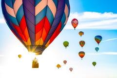 Heißluftballone bei Sonnenaufgang stockfotografie