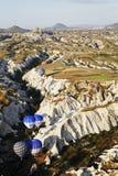 Heißluftballone, die über eine Schlucht verhandeln Lizenzfreie Stockfotos