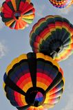 4 Heißluftballone, die zusammen nach Produkteinführung segeln Lizenzfreies Stockfoto