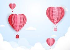 Heißluftballone in Form des Herzfliegens in den Wolken Papierkunst Lizenzfreies Stockbild