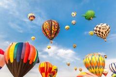 Heißluftballone mit Hintergrund des blauen Himmels und der Wolken Stockbilder