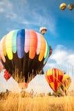 Heißluftballone mit Hintergrund des blauen Himmels und der Wolken Lizenzfreie Stockbilder