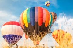 Heißluftballone mit Hintergrund des blauen Himmels und der Wolken Lizenzfreie Stockfotos