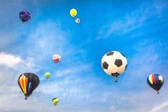 Heißluftballone mit Hintergrund des blauen Himmels und der Wolken Lizenzfreie Stockfotografie