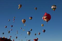 Heißluftballone mit verärgertem Vogel Stockfotos