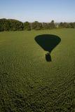 Heißluftballonschatten auf Feld. stockfoto