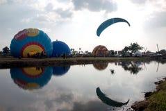 Heißluftballonshow auf altem Tempel in internationalem Ballon-Festival 2009 Thailands Stockbild