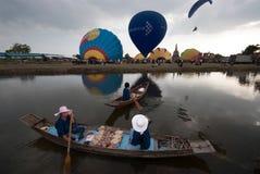 Heißluftballonshow auf altem Tempel in internationalem Ballon-Festival 2009 Thailands Stockfotografie