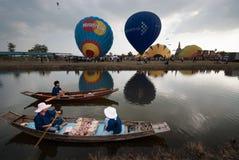 Heißluftballonshow auf altem Tempel in internationalem Ballon-Festival 2009 Thailands Lizenzfreies Stockfoto